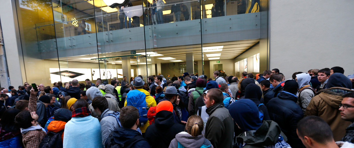 Image: People wait in front of the Apple store in Munich