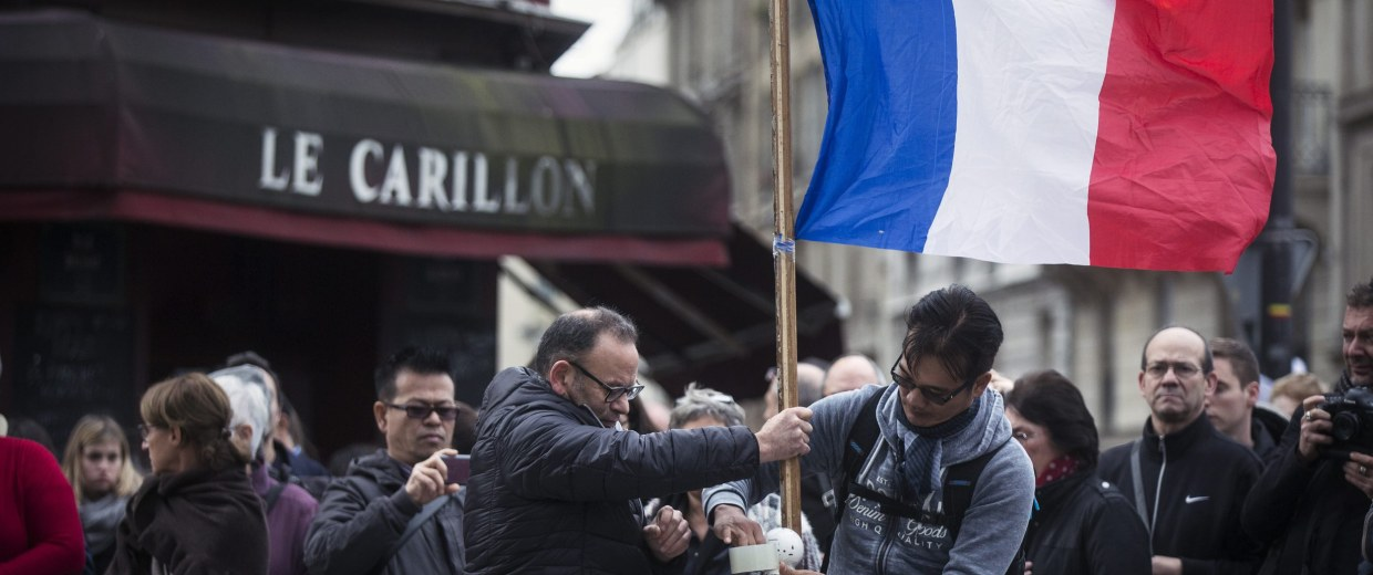 Image: Parisians observe a minute of silence for the victims of the Paris attacks