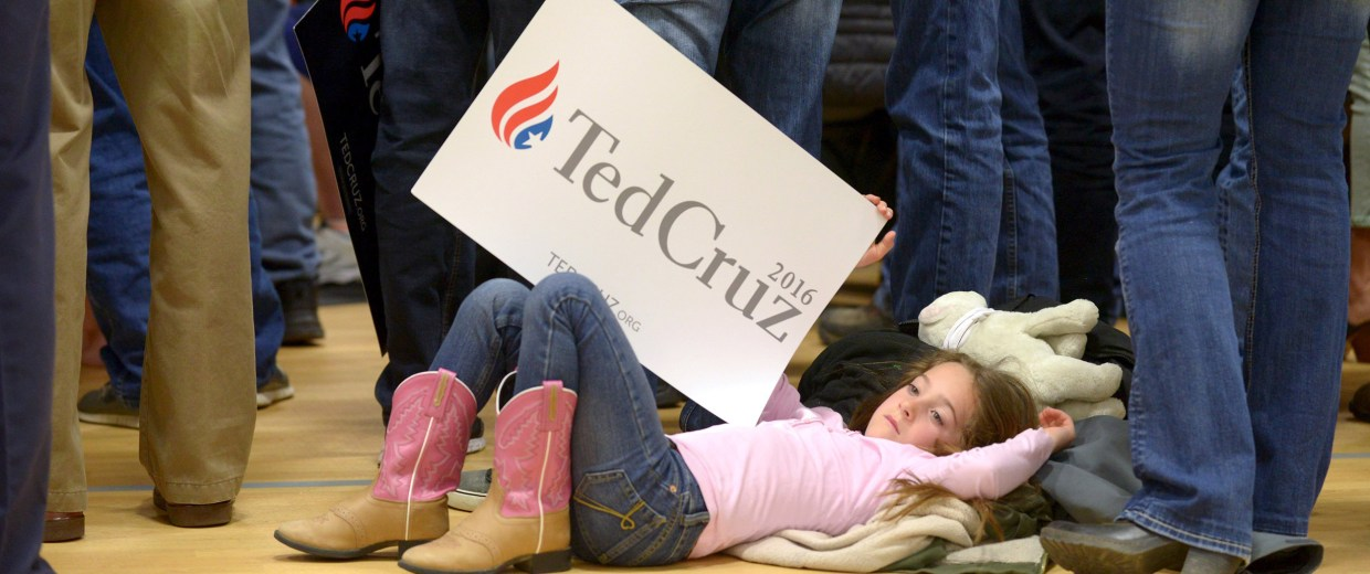 Image:A young girl relaxes as Republican Presidential candidate Ted Cruz speaks