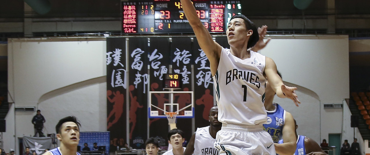 Joseph Lin playing for the Fubon Braves in a Super Basketball League game in Taiwan.