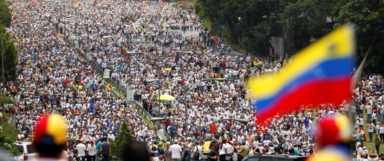 """Image: Demonstrators clash with riot police during the so-called """"mother of all marches"""" against Venezuela's President Maduro in Caracas"""