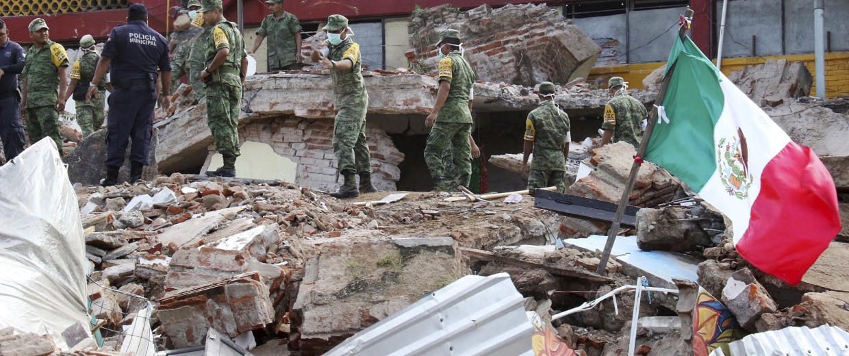 Image: Soldiers remove debris from a partly collapsed municipal building felled by a massive earthquake in Juchitan, Oaxaca state, Mexico