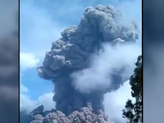 Volcano Eruption That Trapped Hikers is Caught on Camera