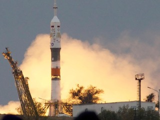 Soyuz Rocket Carrying American, Russians Blasts Off for Space Station