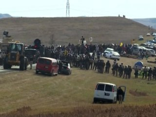 North Dakota pipeline standoff: Police clash with Native American protesters