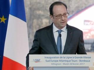 French Policeman Accidentally Fires Gun During Hollande Speech