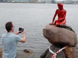 Whaling Protesters Cover Copenhagen Little Mermaid Statue With Red Paint