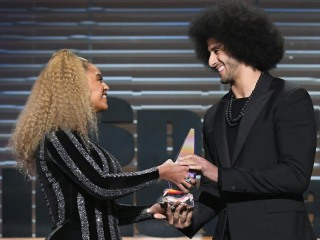 Watch Beyoncé present Colin Kaepernick with SI Muhammad Ali Legacy Award
