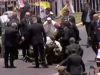 Pope Francis stops motorcade to help injured police officer