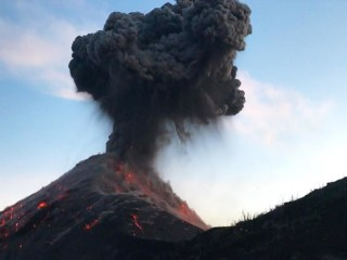 Hikers surprised by powerful Volcan de Fuego eruption