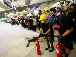 Hong Kong protesters form barricades, use fire extinguishers to block police