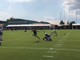 Soccer star Carli Lloyd drills 55-yard field goal at Eagles practice