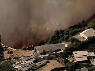 Fast-moving fire threatens homes in Los Angeles
