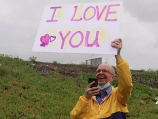 Husband cheers on wife of 30 years during her chemo with signs of love