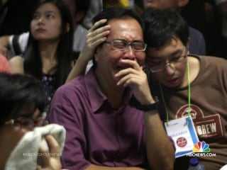 Families of AirAsia Passengers Mourn as Searchers Recover Bodies