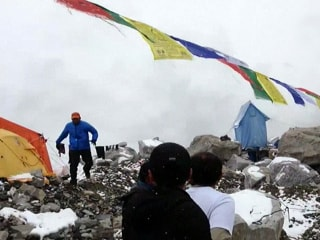 Watch Climbers Flee Avalanche on Mount Everest