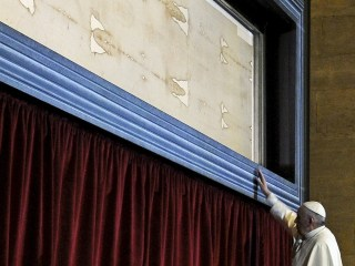Pope Prays before Shroud of Turin
