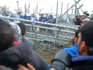 Tear Gas, Stun Grenades Fired as Violence Breaks Out on Greek Border
