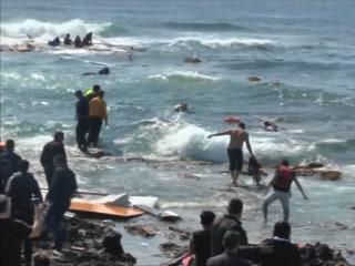 Shipwreck Migrants Beach Rescue