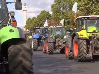 Hundreds of Tractors Descend on Paris in Angry Farmers' Protest