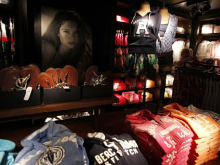 Abercrombie Dropping Logo to Boost Brand