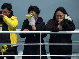 South Korea Ferry Disaster: Parents Toss Victims' Favorite Snacks Into Sea