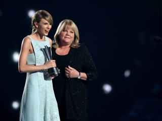 Taylor Swift's Mom Gives Moving Speech at ACM Awards