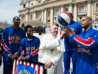 Pope Francis Meets the Harlem Globetrotters, Gets His Own Jersey