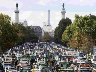 Paris Streets Blocked by 1,500 Tractors in Protest by Angry Farmers