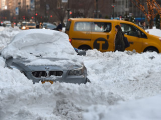 East Struggles to Dig Out From Storm as 600 Flights Are Canceled