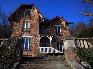 Weekend Renters Find Corpse in Garden of Paris Airbnb Home