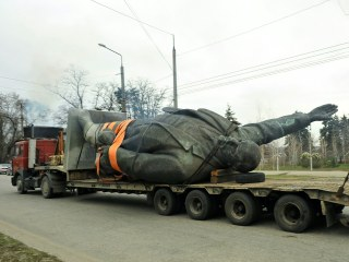 Ukraine Topples Its Biggest Remaining Lenin Statue