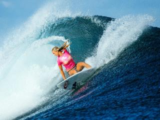 'Soul Surfer' Bethany Hamilton Beats World's Best in Fiji