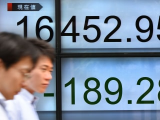 Global Stocks Rise as Weaker Dollar Lifts Copper, Oil