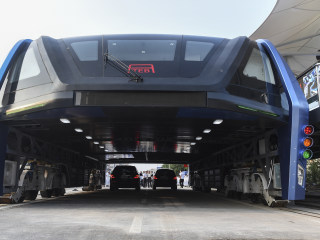 China's Futuristic 'Straddle Bus' Goes For a Test Drive