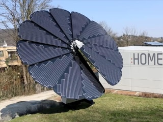 This Flower-Shaped Solar Panel Array Follows the Sun