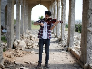 Iraqi Violinist Plays in Mosul as Troops Battle ISIS