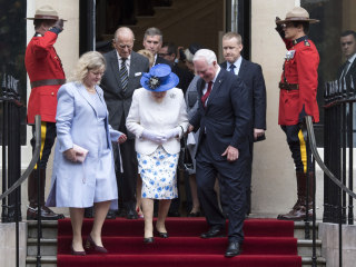 Canadian Official Touches Queen Elizabeth in Possible Royal Protocol Breach