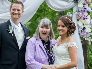 Bride plans beautiful wedding in 25 days so mom with Alzheimer's can attend