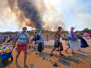 Tourists Flee the Beach as Fires Rage in French Riviera