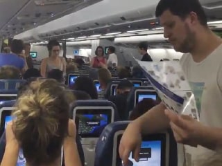 Passengers Call 911 After Being Forced to Stay in Plane With No AC for 6 Hours