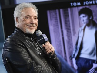 Singer Tom Jones Postpones U.S. Tour Because of Medical Issues