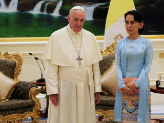 Pope Francis meets Suu Kyi in Myanmar, avoids mention of Rohingya
