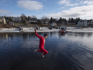 'Polar bear' swimmers brave frosty waters for New Year's dips