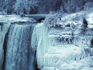 Frozen Niagara Falls stuns visitors who dare to brave bitter cold