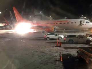 Resultado de imagen de photos of two planes in toronto airport