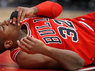 NBA player lands face-first after dunk, breaks teeth (video)