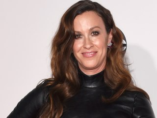 Alanis Morissette has a pixie cut now and we thought you oughta know