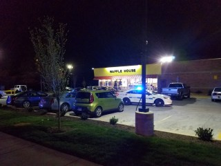 4 people dead, 4 injured at Nashville Waffle House as police hunt gunman