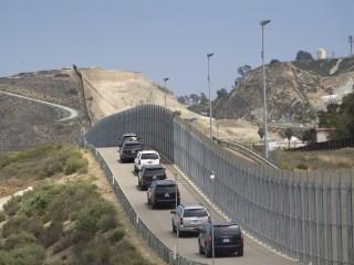 Trump blames Democrats for his policy of separating migrant families at border